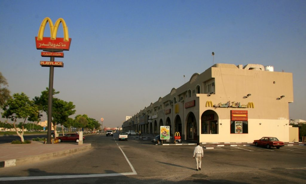 Doha'da bir medeniyet göstergesi olarak McDonald's görmek mümkün.